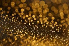 Glänzendes goldenes bokeh auf dem Fenster Stockbilder