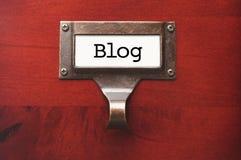 Glänzendes hölzernes Kabinett mit Blog-Dateikennsatz Lizenzfreie Stockfotografie