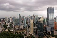 Glänzendes Miami unter Stormclouds stockfotografie