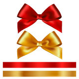 Glänzendes Rot- und Goldsatinband auf weißem Hintergrund Stockfotos