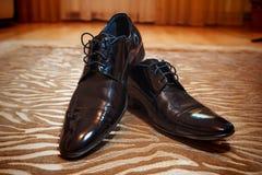 Glänzendes schwarzes men& x27; s-Schuhe für die Braut Lizenzfreies Stockfoto