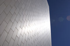 Glänzendes silbernes Gebäude lizenzfreie stockfotos