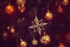 Glänzendes Spielzeug auf dem Weihnachtsbaum Stockbild