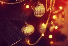 Glänzendes Spielzeug auf dem Weihnachtsbaum Lizenzfreie Stockfotografie