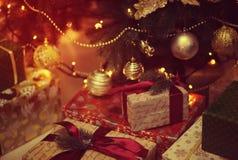 Glänzendes Spielzeug auf dem Weihnachtsbaum Stockfotos