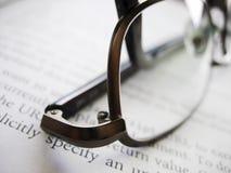 Gläser über einem Buch Stockbild