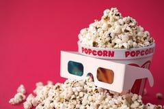 Gläser 3D u. eine Wanne Popcorn Lizenzfreie Stockfotografie