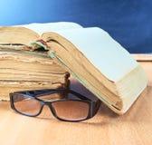Gläser, alte Bücher und Tafelzusammensetzung Stockfoto