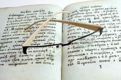 Gläser auf alten Büchern Stockfoto