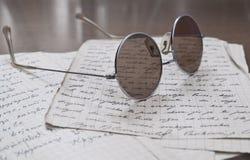 Gläser auf alten Zeichen Lizenzfreie Stockbilder