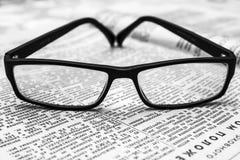 Gläser auf alter Zeitung Lizenzfreies Stockbild