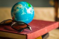 Gläser auf Büchern Stockbilder