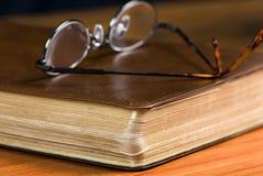 Gläser auf Bibel Lizenzfreie Stockfotos