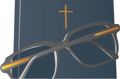 Gläser auf Bibel Stockfoto