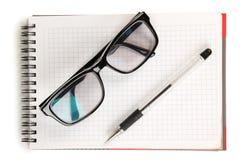 Gläser auf blocknote Lizenzfreie Stockbilder