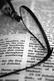 Gläser auf Buch Stockfotografie