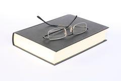Gläser auf Buch Stockfotos