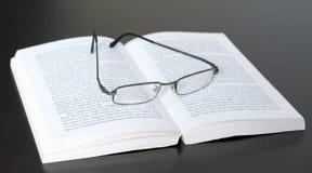 Gläser auf dem Buch Lizenzfreie Stockfotografie