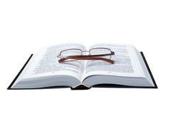 Gläser auf dem geöffneten Buch Stockbilder