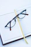 Gläser auf dem Notizbuch Lizenzfreie Stockfotografie