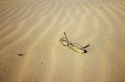 Gläser auf dem Strand Stockfotografie