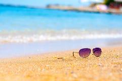 Gläser auf dem Strand Stockbild