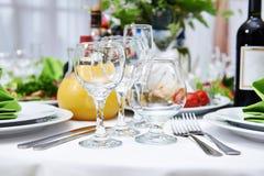 Gläser auf dem Tisch in einem Restaurant Stockfotos