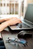 Gläser auf dem Tisch vor dem Laptop lizenzfreies stockfoto