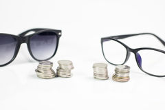 Gläser auf dem weißen Isolathintergrund, -geld und -münze passen p auf Stockfotografie