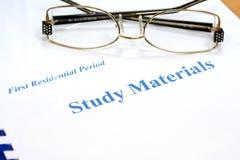 Gläser auf den Studienmaterialien Lizenzfreies Stockfoto