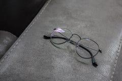 Gläser auf der Ecke des ledernen Sofas lizenzfreie stockfotografie