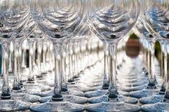 Gläser auf der Feiertagstabelle lizenzfreie stockbilder