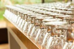 Gläser auf der Feiertagstabelle lizenzfreie stockfotos