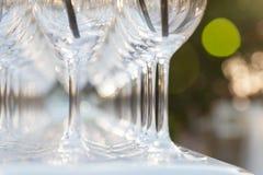 Gläser auf der Feiertagstabelle lizenzfreies stockbild