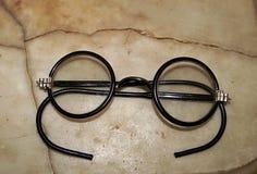 Gläser auf der Marmortabelle stockfoto