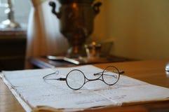 Gläser auf der Tabelle Stockbilder
