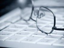 Gläser auf der Tastatur Stockfoto