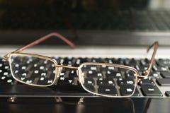 Gläser auf der Tastatur Stockfotos