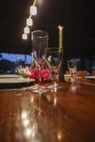 Gläser auf einem Abendtische Stockfoto