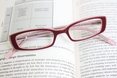 Gläser auf einem Buch Stockbild