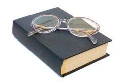 Gläser auf einem Buch lizenzfreies stockbild