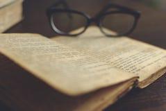Gläser auf einem Buch lizenzfreie stockbilder