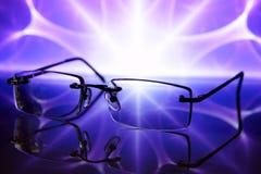 Gläser auf einem dunkelblauen Hintergrund, Reflexion. Lizenzfreie Stockfotos