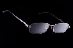 Gläser auf einem dunklen Hintergrund mit Metall Stockfoto