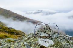 Gläser auf einem Felsen mit Berg in den Hintergründen stockbilder