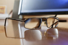 Gläser auf einem Holztisch Lizenzfreie Stockfotografie