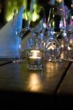 Gläser auf einem Holztisch Stockfoto
