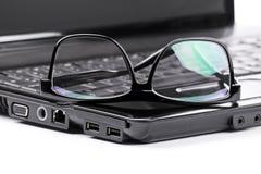 Gläser auf einem Laptop Lizenzfreies Stockfoto