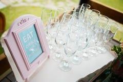 Gläser auf einem schönen Behälter für Gäste an der Hochzeit Stockfotografie