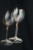 Gläser auf einem schwarzen Hintergrund. Stockfoto